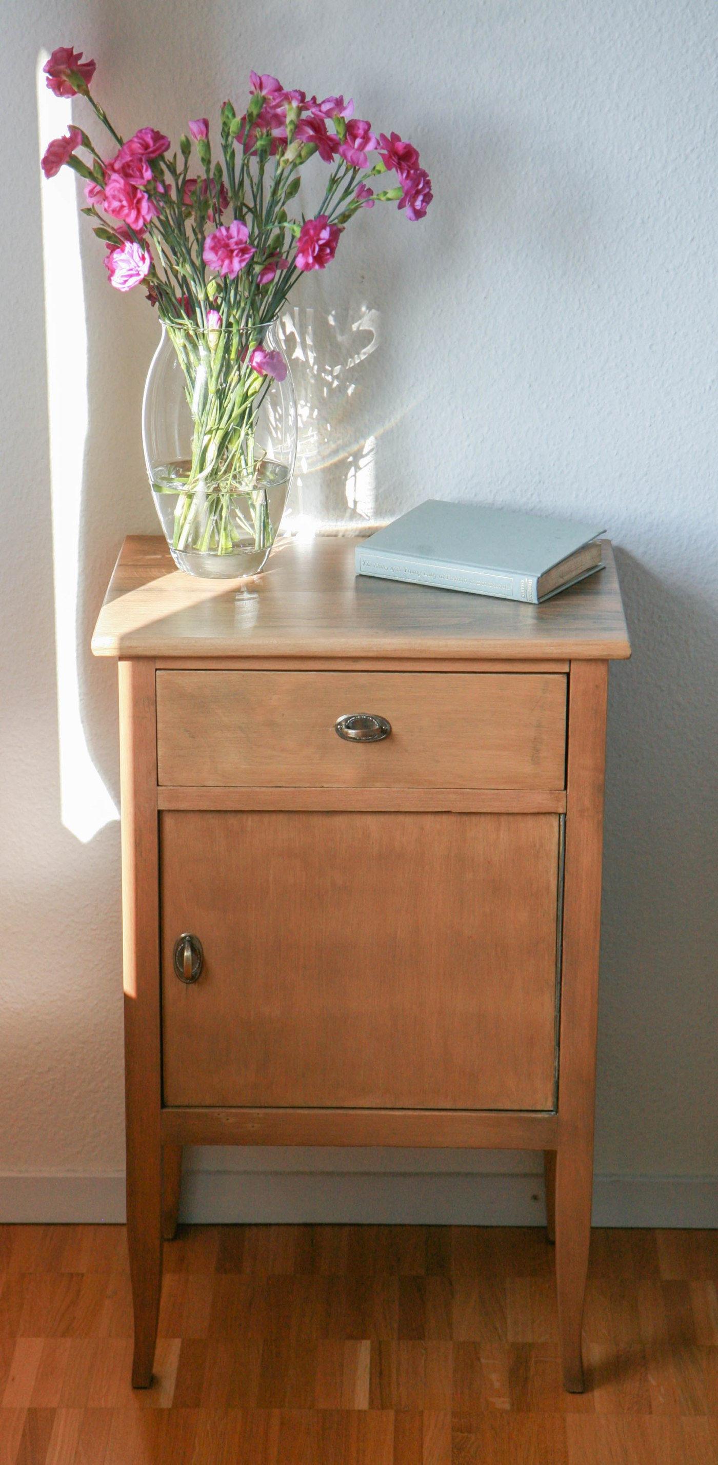 nightstand frontal